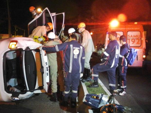 Carro tombou e vítimas foram socorridos por bombeiros e pelo Samu - Crédito: Foto: José Aparecido/ TV Morena