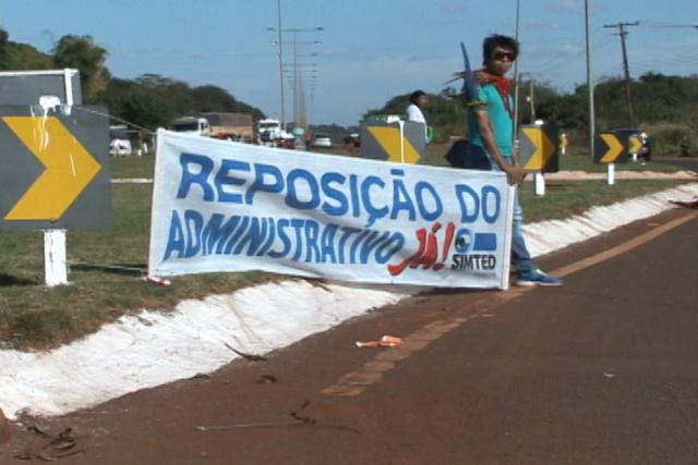 Indígenas fizeram manifesto ontem na rodovia de acesso entre Dourados e Itaporã e prometem bloquear hoje. - Crédito: Foto: Sérgio Quinhones/RIT