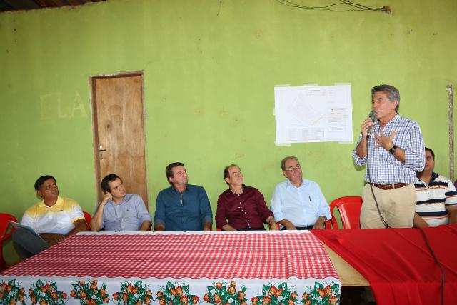 Prefeito Murilo disse que a escritura é resultado de uma grande parceria com o governo. - Crédito: Foto: A. Frota