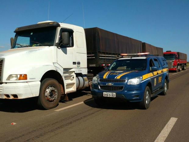 Viatura da PRF escolta as duas carretas apreendidas neste sábado com o cigarro contrabandeado - Crédito: Foto: PRF/Divulgação