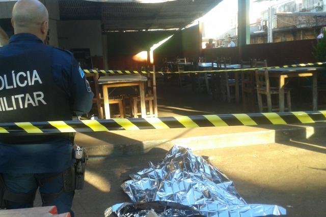 A Polícia Militar isolou a área até a chegada da perícia. Até o momento, o assassino não foi localizado pelas autoridades. - Crédito: Foto: Cido Costa