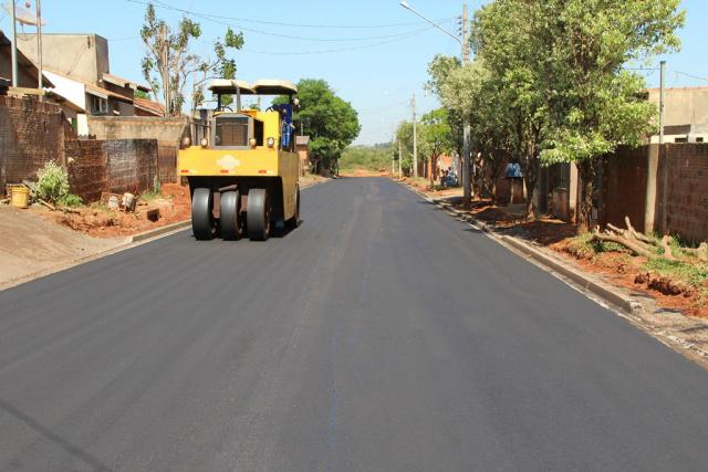 Obras de asfalto em Naviraí são recursos em parceria com o governo federal, que visam melhorar a qualidade de vida da população, uma das grandes preocupações da atual administração Municipal. - Crédito: Foto: Divulgação
