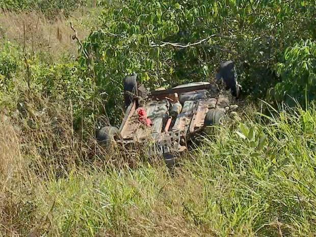 Veículo da vítima ficou com as quatro rodas para cima após capotagem - Crédito: Foto: Marcus Vinnicius/TV Morena