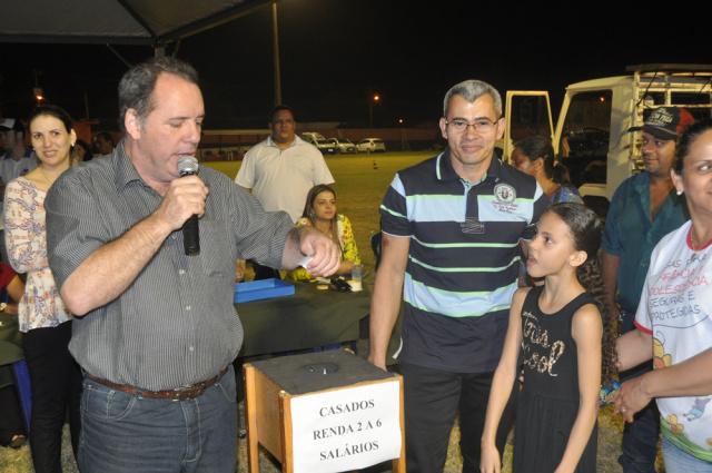 Milhares de pessoas acompanharam o sorteio dos terrenos do bairro Antonia de Souza Barbosa das arquibancadas do Estádio Ninho da Águia. - Crédito: Foto: Assessoria