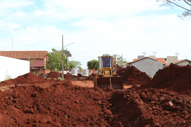 Obras de drenagem avançam no Residencial Monte Carlo para posterior início do asfalto aguardado há anos pelos moradores. - Crédito: Foto:  A. Frota/Assecom
