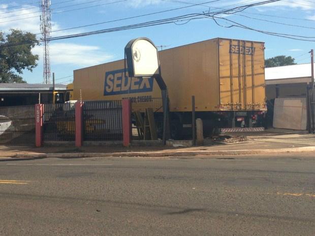 Caminhão invadiu marmoraria em Campo Grande - Crédito: Foto: Priscilla dos Santos/ G1 MS