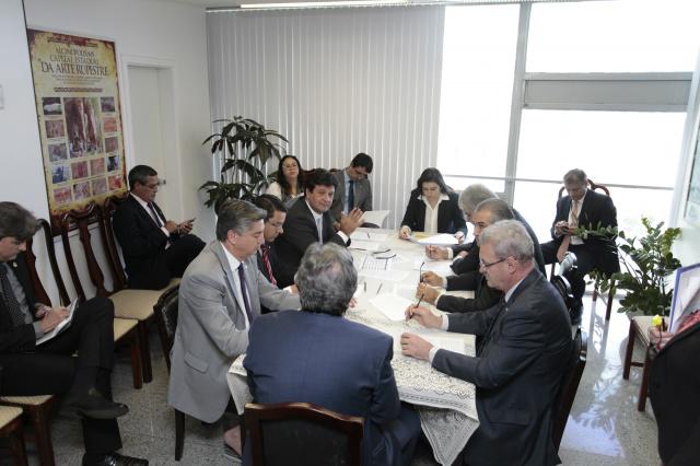 Governador Reinaldo Azambuja, deputados federais e senadores durante reunião ontem no gabinete de Waldemir Moka. - Crédito: Foto: Divulgação