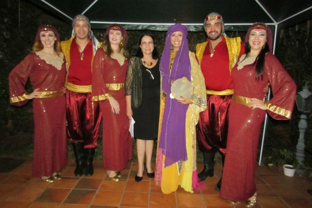 Durante o lançamento de sua primeira antologia Jardim Fechado, em noite de autógrafos que contou com participação do Grupo Folclórico Litani, de dança árabe, de escritores, poetas e leitores. - Crédito: Foto: Elvio Lopes