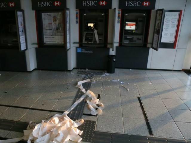 O bandido tentou arrombar o caixa com uma barra de ferro  - Crédito: Foto: Fernando Antunes
