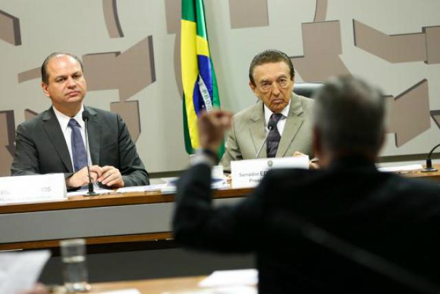 O ministro da Saúde, Ricardo Barros, e o presidente da Comissão de Assuntos Sociais do Senado, Edison Lobão durante audiência pública. - Crédito: Foto: Marcelo Camargo/Agência Brasil