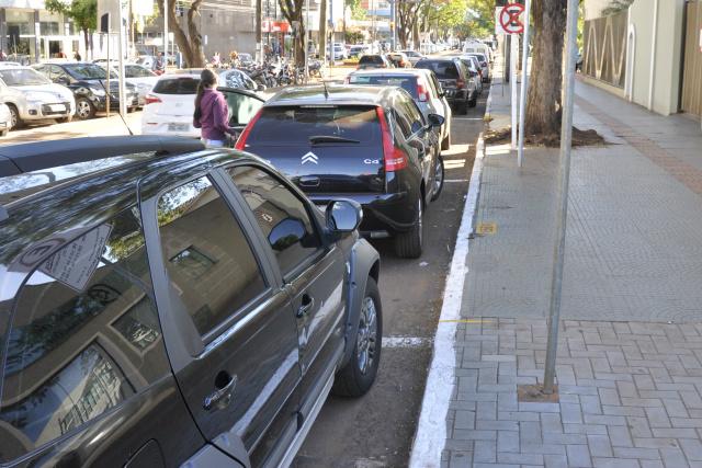Idosos reclamam que vagas estão sempre ocupadas no estacionamento rotativo em Dourados. - Crédito: Foto: Hedio Fazan