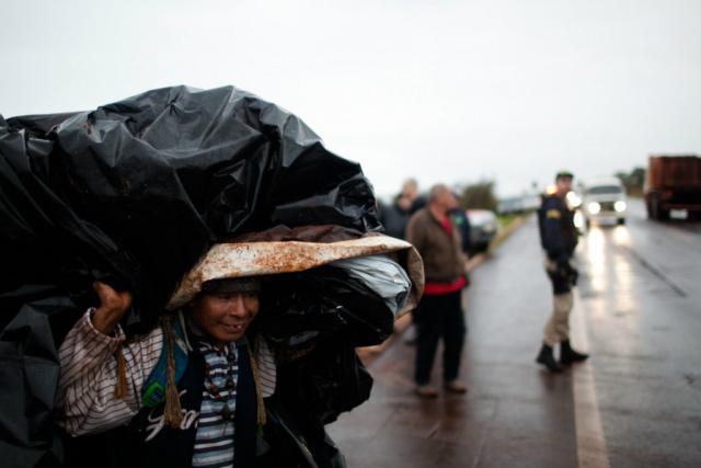 Os guaranis-kaiowas foram parar na beira da estrada. - Crédito: Foto: Divulgação