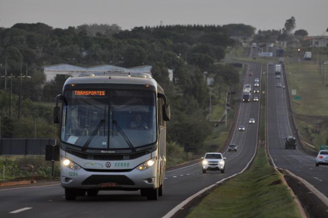 PRF diz que farol baixo durante o dia pode ajudar reduzir o número de acidentes nas estradas. - Crédito: Foto: Hédio Fazan