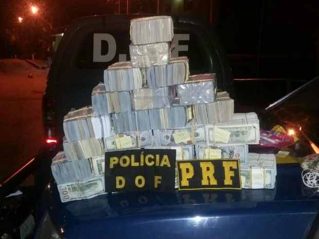 Dólares apreendidos em Corumbá, MS, nesse sábado - Crédito: Foto: PRF/Divulgação
