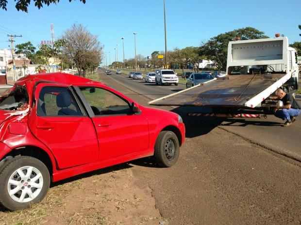 Veículo que capotou duas vezes na avenida Gury Marques, em Campo Grande, ficou com a traseira muito destruída - Crédito: Foto: Evelyn Souza/TV Morena