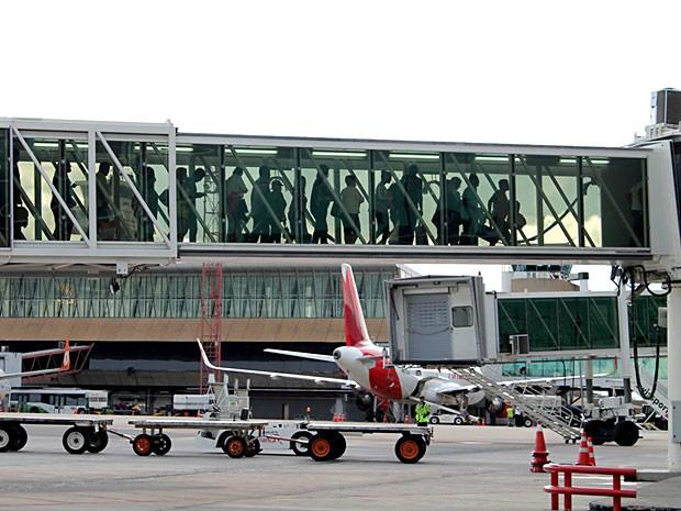 Passageiros em ponte de embarque no Aeroporto JK, em Brasília - Crédito: Foto: Inframerica/Divulgação