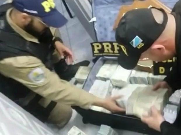 Dólares apreendidos em Corumbá estavam nas mala dos suspeitos - Crédito: Foto: PRF/Divulgação
