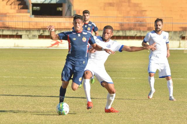 Renato disputa bola com adversário - Crédito: Arquivo