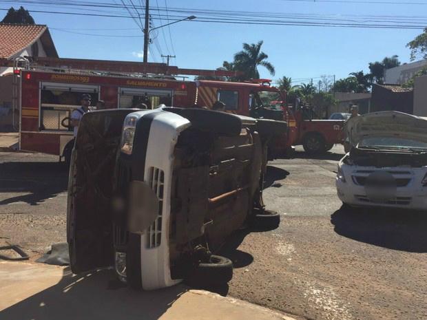 Veículo capota após colidir de frente contra outro em cruzamento - Crédito: Foto: Gabriela Pavão/G1 MS