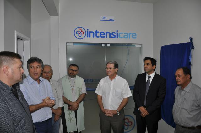 Murilo e outras autoridades inauguraram ontem dez novos leitos de UTI do Hospital da Vida. - Crédito: Foto: Hédio Fazan