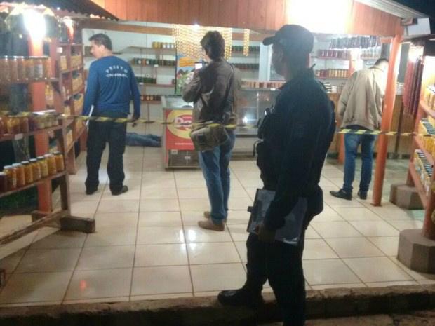 Polícia no local do latrocínio, no distrito de Anhanduí, em Campo Grande - Crédito: Foto: José Aparecido/ TV Morena