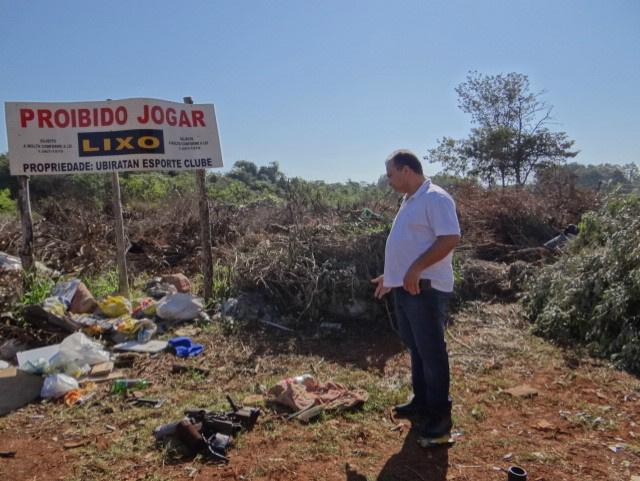 Presidente do Ubiratan Esporte Clube, Joaquim Soares, avalia a degradação da área. - Crédito: Foto: Leandro Arruda