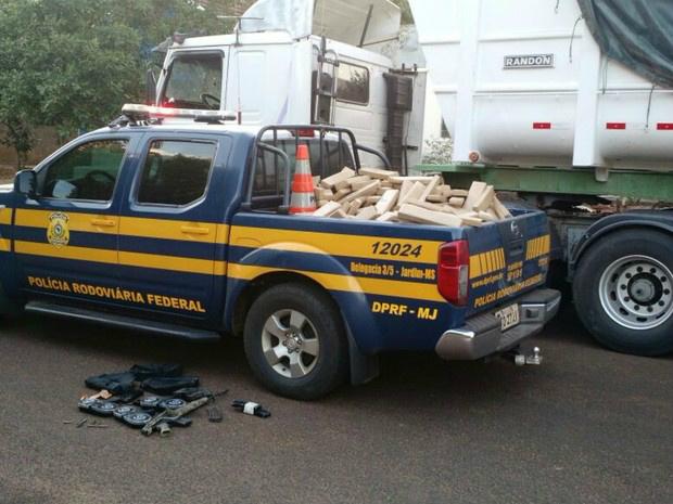 Em meio ao calcário havia maconha, fuzil e munições - Crédito: Foto: PRF/Divulgação