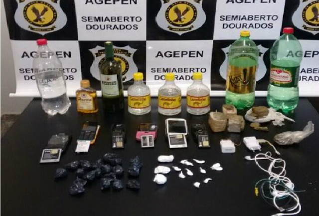 Foram localizados aparelhos celulares, carregadores, frascos com bebida alcoólica e drogas. - Crédito: Foto: Divulgação