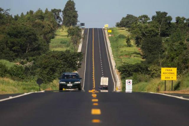 Lei obriga uso de farol baixo durante o dia em rodovias do País. - Crédito: Foto: Arquivo