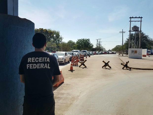 Servidor da Receita Federal observa longa fila de veículos na estrada que dá acesso ao posto Esdras, em Corumbá - Crédito: Foto: Hermano Toscano/Arquivo Pessoal