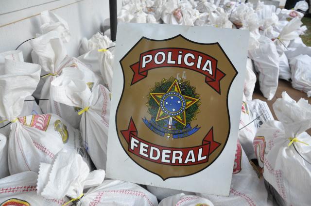 A Polícia Federal apreendeu ontem à tarde uma carreta carregada de farelo de soja a granel com pelo menos duas toneladas de maconha camuflada em assoalho falso. - Crédito: Foto: Hédio Fazan