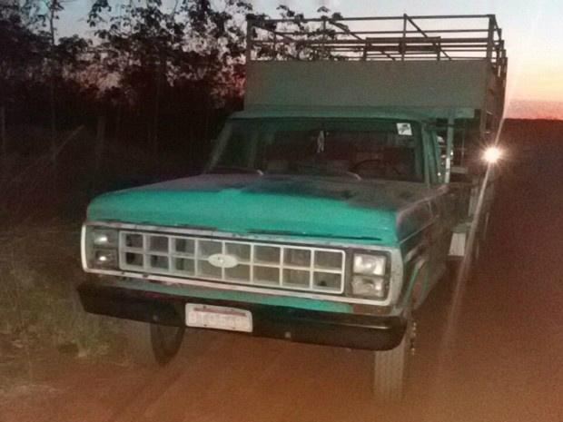 Caminhão recuperado pela polícia em Cassilândia - Crédito: Foto: PMA/ Divulgação
