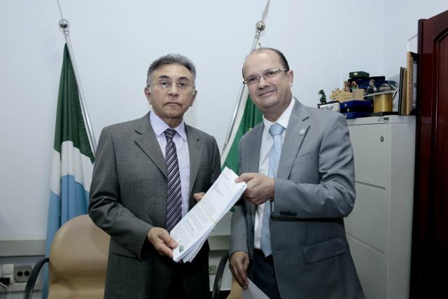 O secretário José Carlos Barbosinha, entregou ontem ao juiz federal, Odilon de Oliveira, um documento oficial solicitando a doação. - Crédito: Foto: Divulgação