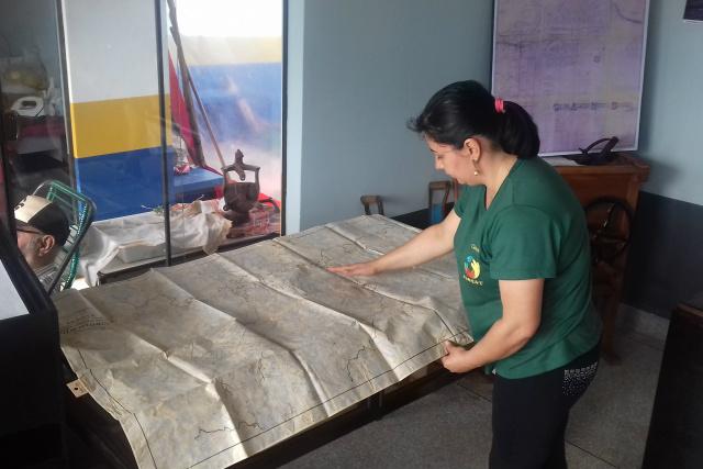 Presidente da Associação de Mulheres Rurais de Dourados mostra mapa da Colônia Agrícola. - Crédito: Foto: César Cordeiro
