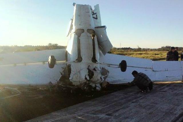 """O piloto teria tentado um pouso de emergência, mas a aeronave acabou colidindo """"de bico"""" na pista. - Crédito: Foto: Divulgação"""