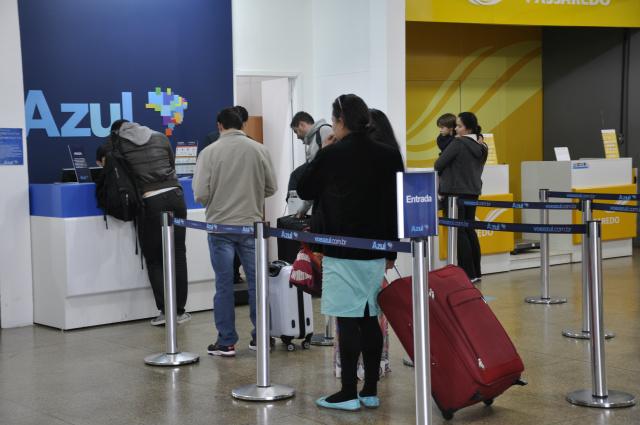 Filas no setor de embarque no Aeroporto Municipal de Dourados. - Crédito: Foto: Hédio Fazan