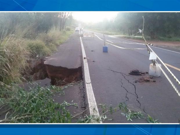 Parte da pista desmoronou e atrapalha o trânsito na MS-376 - Crédito: Foto: Reprodução/TV Morena