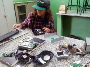 Alunos transformam lixo eletrônico em robôs em escolas de MS -