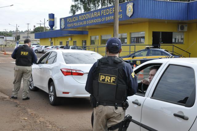 Barreiras e fiscalização são reforçadas na base da PRF de Dourados visando recuperar carros roubados. - Crédito: Foto: Hédio Fazan
