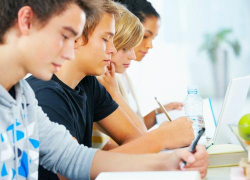 50% dos jovens que querem fazer faculdade dependem do governo -
