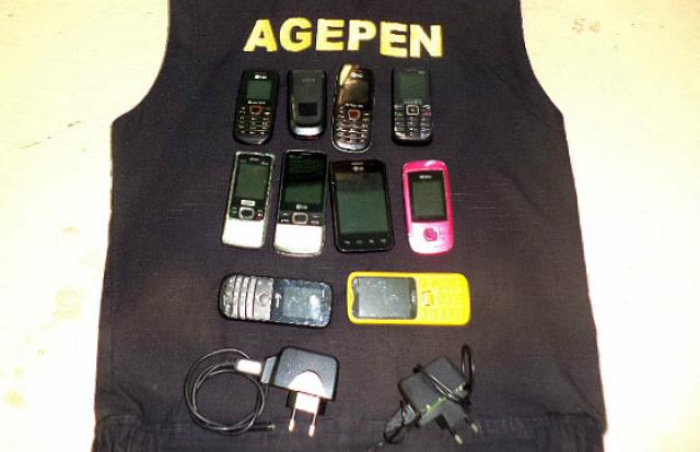 Em Cassilândia, agentes apreendem pacotes com 10 celulares e dois carregadores -