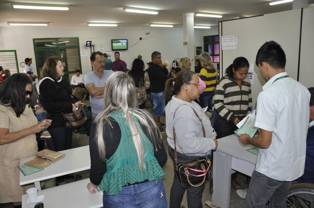 Movimento foi grande  ontem para pedido de novo documento veicular no Detran em Dourados. - Crédito: Foto: Hedio Fazan