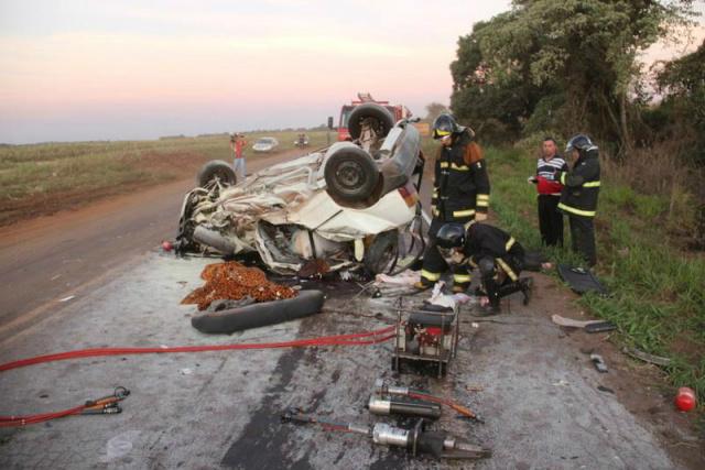 Uno da família ficou destruído ao bater em Pajero. - Crédito: Foto: Cido Costa