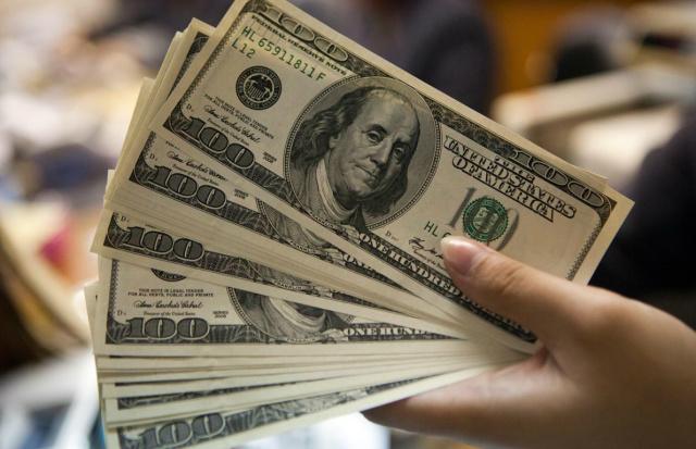 Dólar começa a semana em alta, cotado a R$ 3,26 -