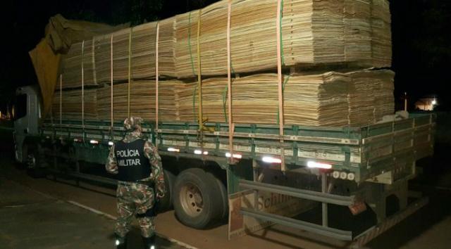 Madeireira é autuada por caminhão carregado de madeira ilegal -
