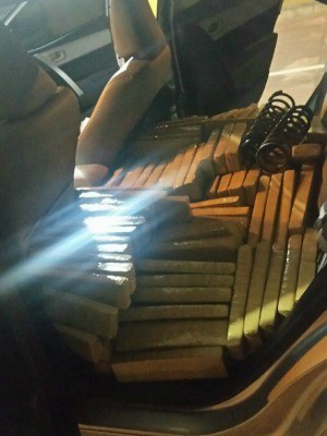 Tabletes de maconha encontradas em bancos traseiros. - Crédito: Foto: PRF/Divulgação
