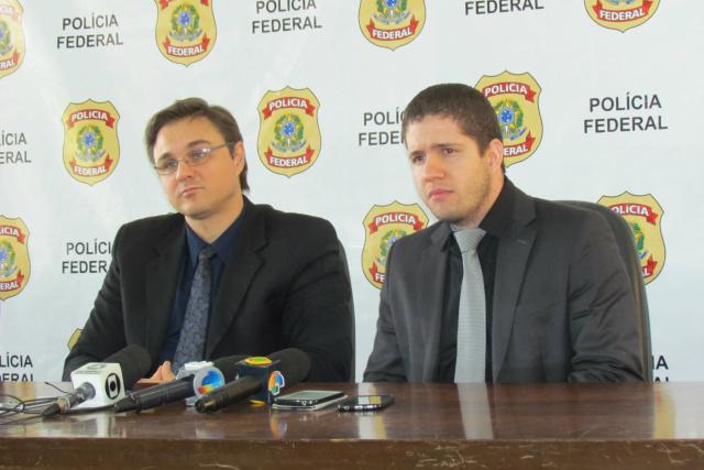 Delegados Cléo Mazzotti e Glauber Araújo, da PF de Ponta Porã, explicam falsificação em coletiva. - Crédito: Foto: Elvio Lopes