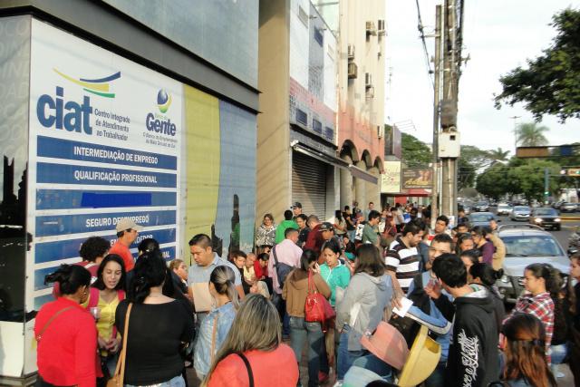 Centenas de pessoas procuraram ontem a Casa do Trabalhador em busca de vagas no Assaí. - Crédito: Foto: Flávio Verão