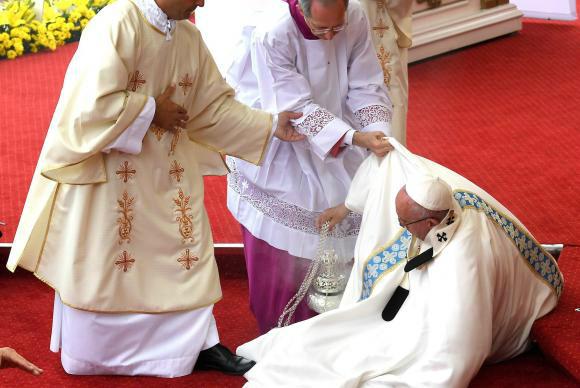 O papa Francisco caiu durante uma missa hoje na Polônia, onde participa da Jornada Mundial da Juventude Foto:  Daniel dal Zennaro -