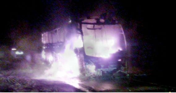 ônibus foid estruído pelo fogo, mas ninguém se feriu  Foto: Coxim Agora -